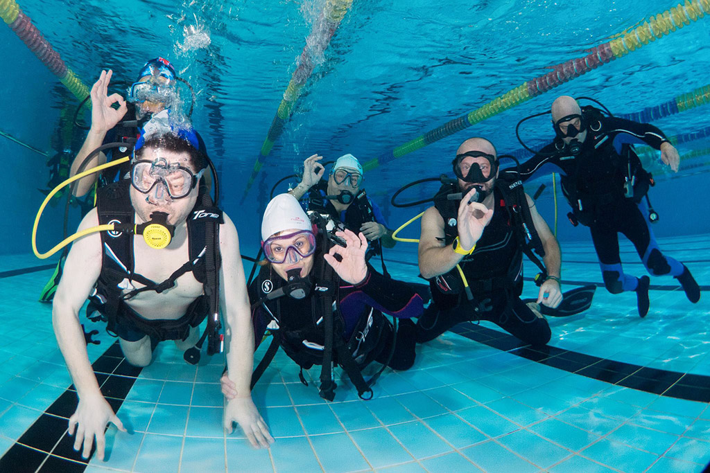 pool-diver-diving-subacquea-disabili