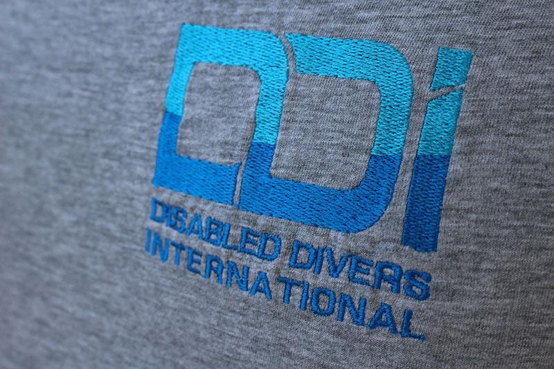regali-solidali-ddi-subacquea-disabilita-tshirt-unisex-5