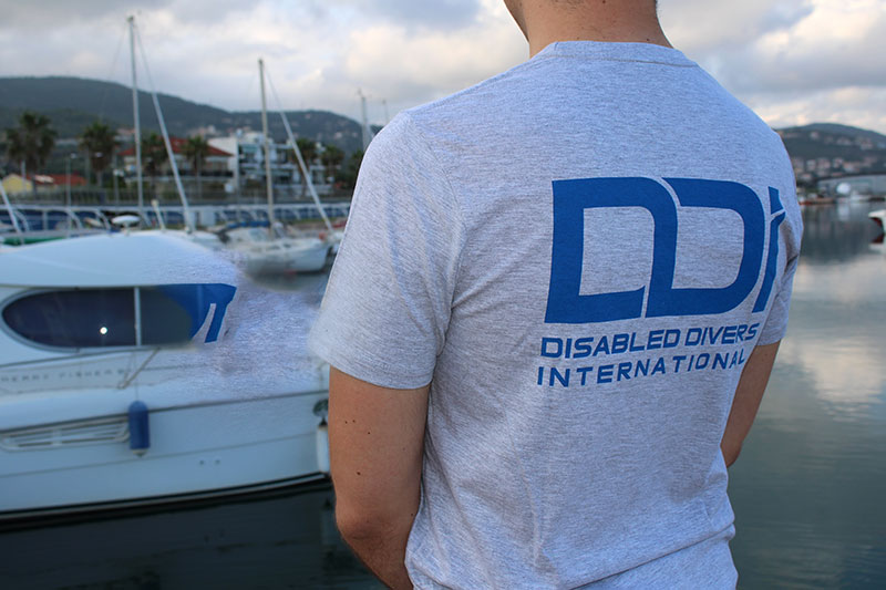 regali-solidali-tshirt-uomo-ddi-subacquea-disabilita-2